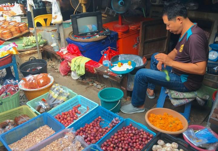 Puesto en el mercado Mae Klong Bangkok