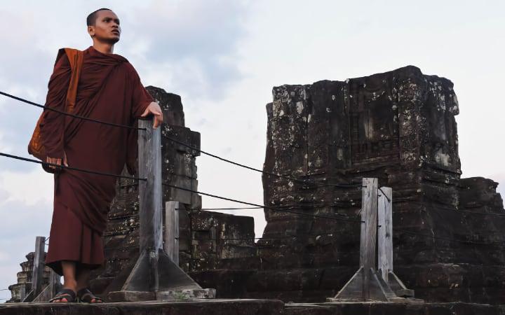 Monje en el templo Phnom Bakheng