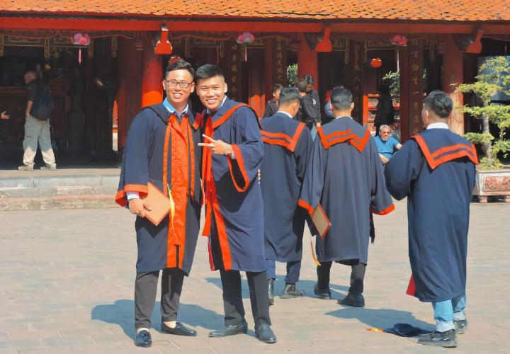 Estudiantes Vietnamitas en el templo de la literatura