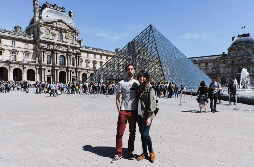 Pirámide de acceso al museo del Louvre