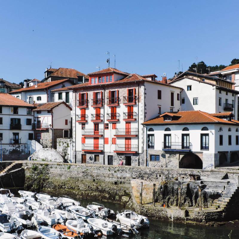Mundaka, el pueblo de Vizcaya para los surferos