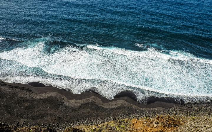 Playa de arena negra los patos