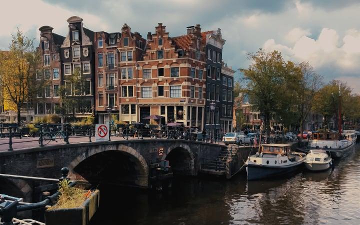 Fotografia de los canales de Ámsterdam y sus casas