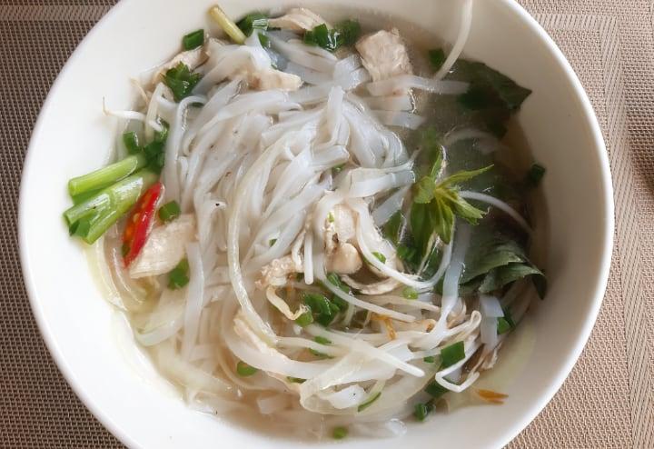 Probar platos típicos de la gastronomía vietnamita