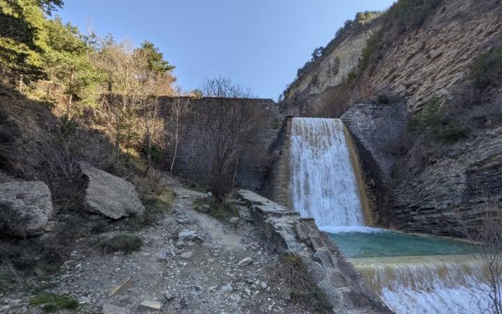 Presa en la ruta de la cascada de Orós Bajo