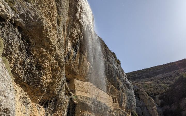 Ermita del Cornello entre la roca
