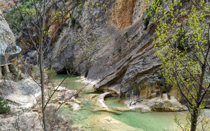 Pasarelas de Alquézar por el cauce del río Vero
